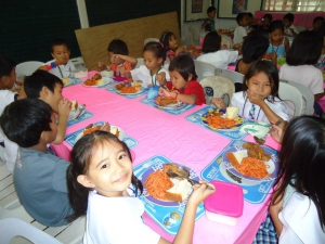 Lesmateriaal voor de nieuwe school en eten voor de arme kinderen